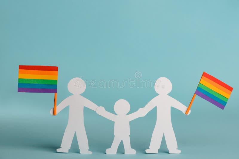 Den glade familjen firar LGBT-stolthet royaltyfri foto