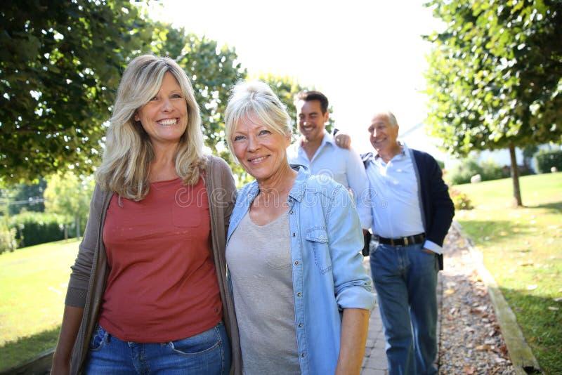 Den glade familjen parkerar in att ta en gå arkivfoto