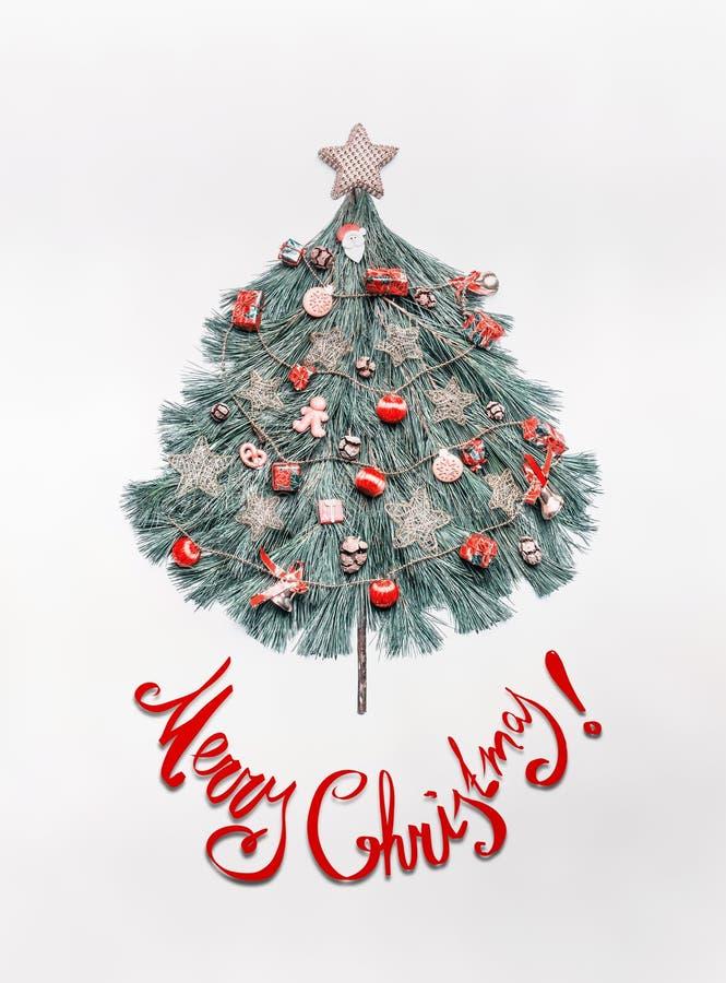 Den glade julkortet med bokstäver, trädet som göras med granfilialer som dekoreras med stjärnan och röda festliga garneringar, se royaltyfria bilder