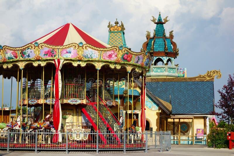 Den glade karusellen går rundan royaltyfria foton