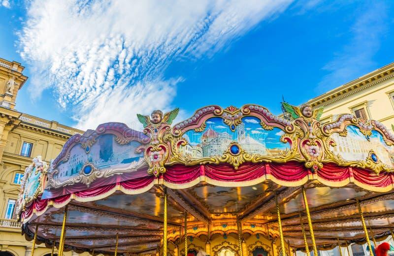 Den glade karusellen går rundapiazzadellaen Repubblica Florence Italy arkivbilder