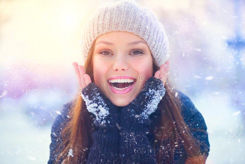 Den glade tonårs- modellflickan som har gyckel i vinter, parkerar arkivbilder