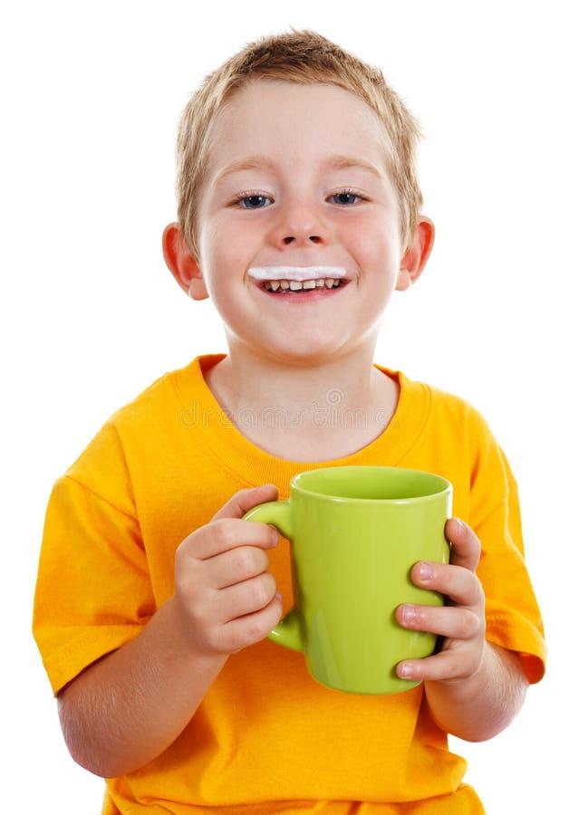 den gladlynt pojken mjölkar mustasch arkivfoto