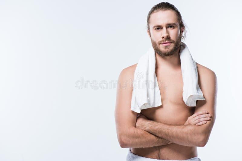 Den gladlynta caucasian mannen med badlakanet runt om hans hals som ser kameran med armar, korsade, royaltyfria bilder