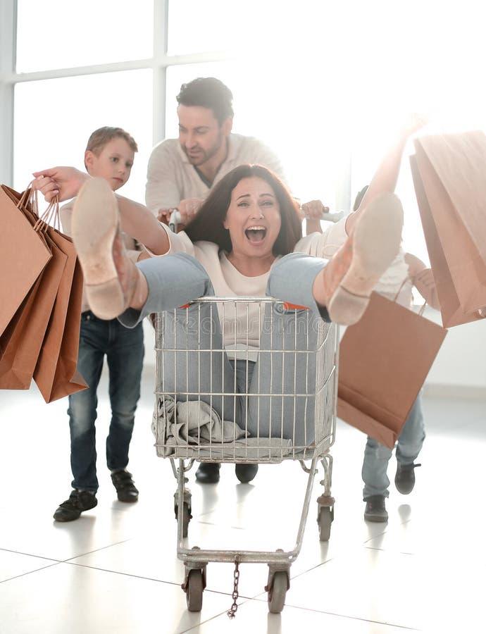 Den gladlynta familjen g?r att shoppa i en stormarknad arkivbild