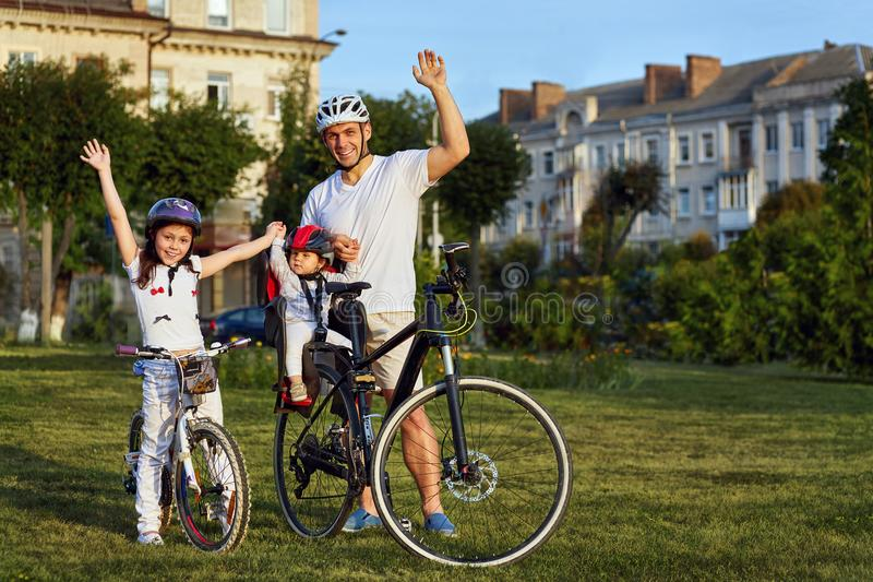 Den gladlynta familjen som in cyklar, parkerar arkivbild