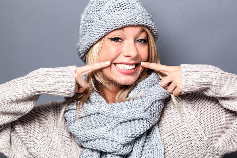 Den gladlynta kvinnan som spelar med, fejkar leendet för sexigt värme vinter royaltyfria bilder