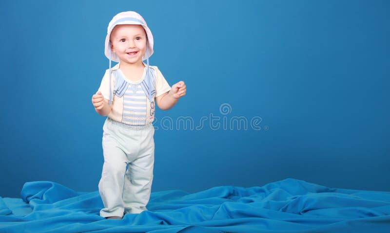Den gladlynta pojken går i dräkten av en sjöman fotografering för bildbyråer