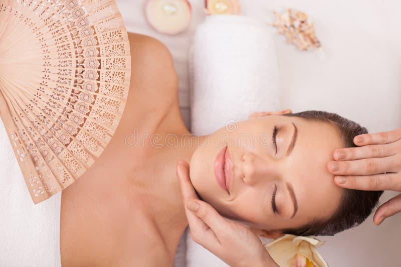 Den gladlynta sunda flickan vilar på skönhetsalongen royaltyfri foto