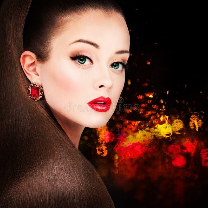 Den glamorösa kvinnamodemodellen med den långa frisyren, röda kanter gör royaltyfria bilder