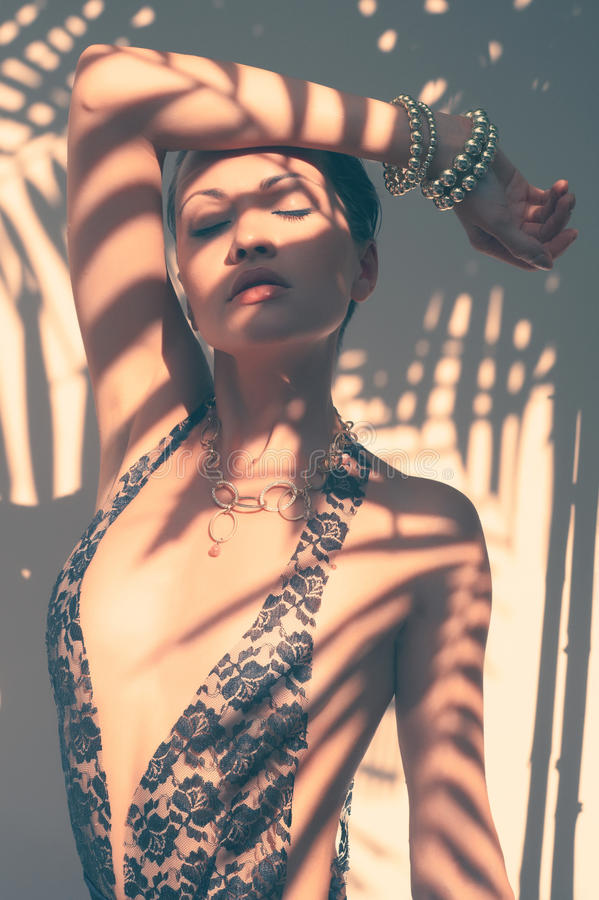 Den glamorösa ladyen snör åt in body royaltyfri fotografi