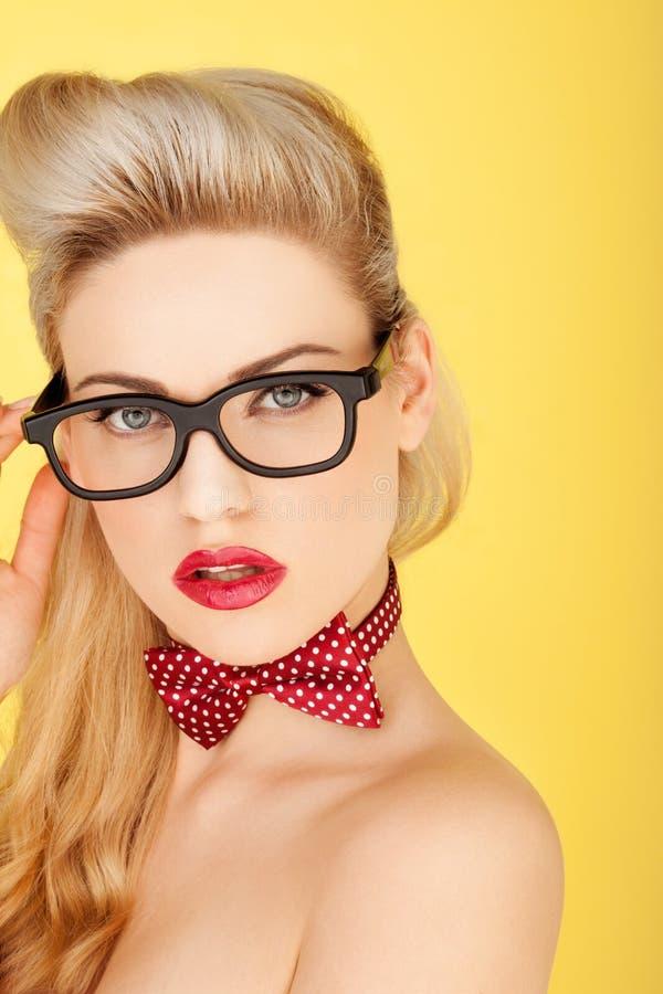 Den glamorösa retro blondinen danar modellerar royaltyfri fotografi
