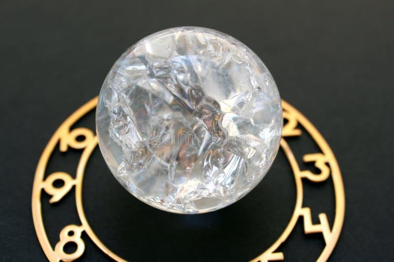 Den Glass bollen som omges av en visartavla, ligger på en svart bakgrund fotografering för bildbyråer