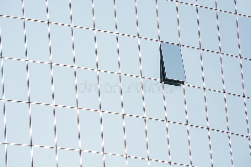 Den glass fasaden av en modern byggnad Spegelexponeringsglas Ett ?ppet f?nster Kick - tech utformar Modern arkitektur av affärsmi royaltyfria foton