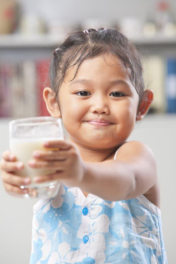 den glass flickan little mjölkar att erbjuda arkivfoto
