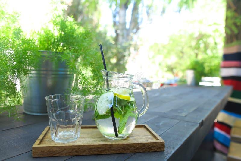 Den Glass karaffen och svart som dricker fasetterade sugrör och exponeringsglas, kuper st royaltyfria foton