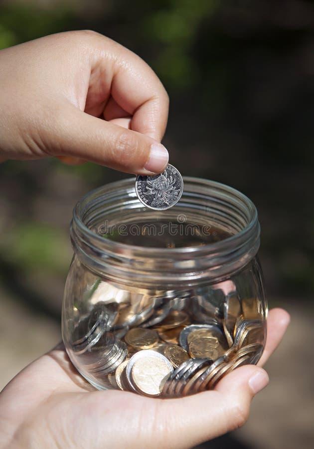 Den Glass kruset för besparingar parkerar in royaltyfria bilder