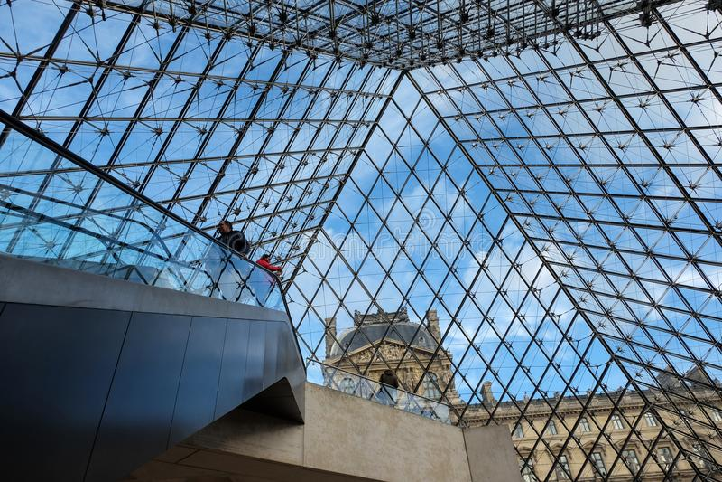Den Glass pyramiden i Louvre Paris, Frankrike Det tjänar som som den huvudsakliga ingången till Louvremuseet Avslutat i 1989 har  arkivbild
