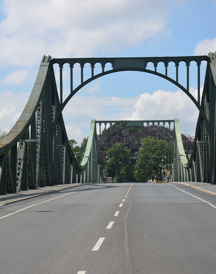Den Glienicke bron mellan Berlin och Potsdam, kallade också spionbron royaltyfria foton