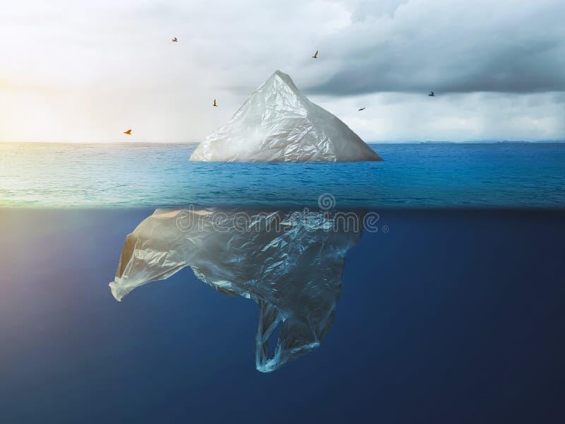 Den globala uppvärmningen i Arktis Plastsäck isberg med fågel, miljöförorening royaltyfria foton