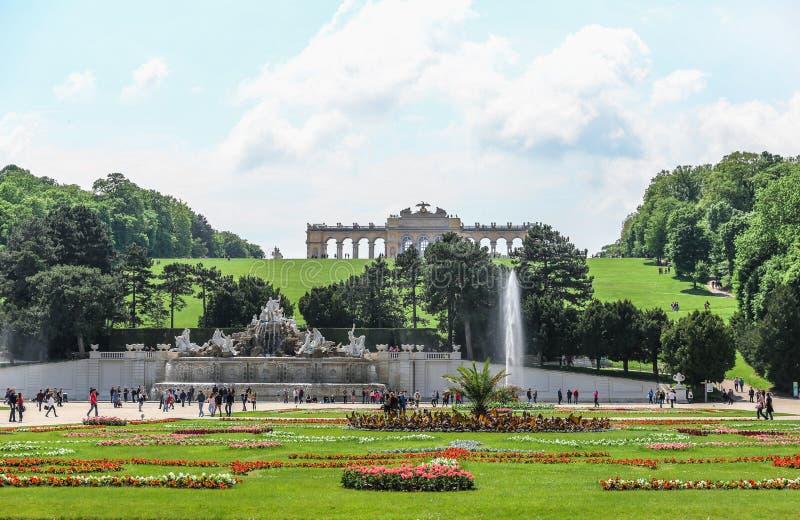 Den Gloriette kullen och Neptunspringbrunnen i den Schonbrunn slottträdgården, Wien royaltyfria foton