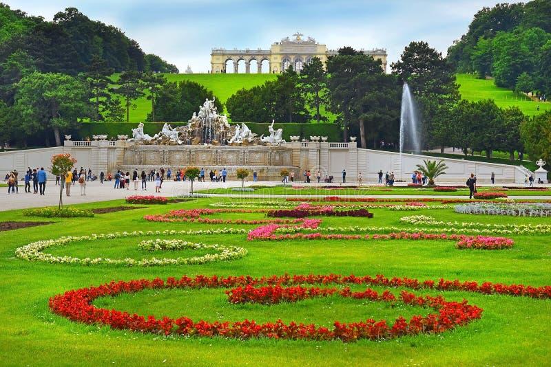 Den Gloriette och Neptunspringbrunnen i Schonbrunn parkerar, Wien fotografering för bildbyråer