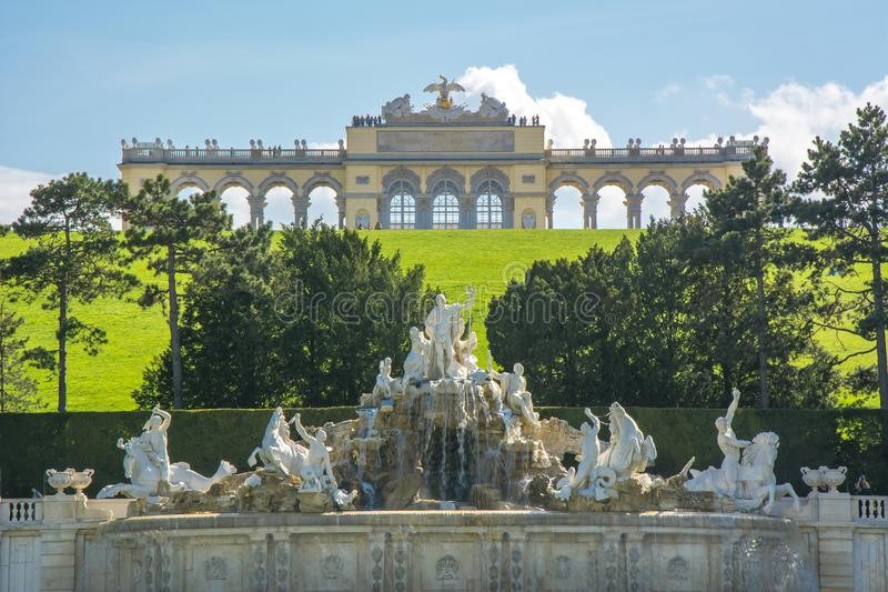 Den Gloriette paviljongen och Neptunspringbrunnen i Schonbrunn parkerar, Wien, Österrike arkivfoto