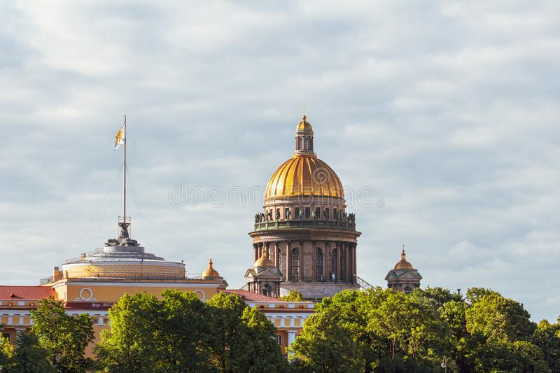 Den Golden Dome Isaak domkyrkan och tornspiran av Admiralten royaltyfria foton