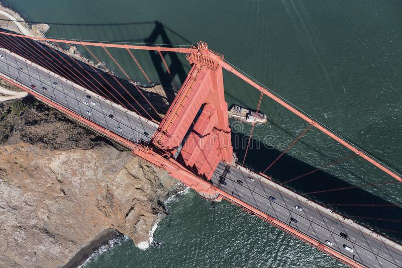 Den Golden gate bridge antennen besk?dar ner arkivbilder