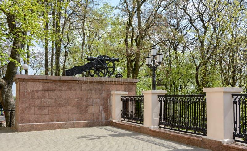 Den Gomel slotten och parkerar helheten Vapen installeras nära slotttornet Slotten är en arkitektonisk monument av slutet av royaltyfria bilder