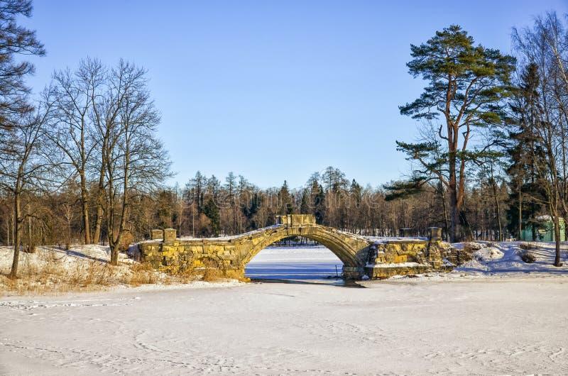 Den Gorbaty bron i slotten parkerar av den Gatchina slotten royaltyfri foto