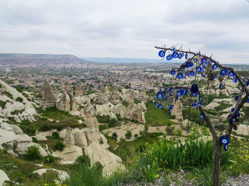 Den Goreme nationalparken lokaliseras nära byn av Goreme, Cappadocia, Turkiet I förgrunden ett torrt träd med populärt turkiskt royaltyfri fotografi