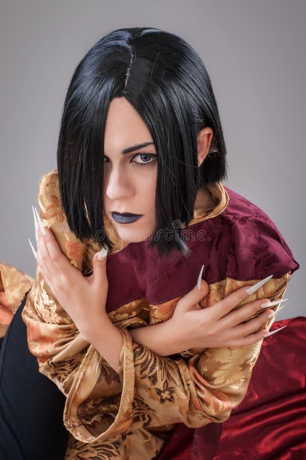 Den gotiska kvinnan med kines spikar royaltyfri bild