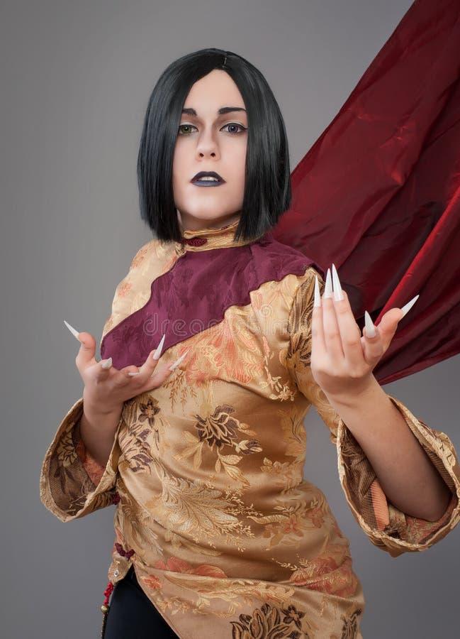 Den gotiska kvinnan med kines spikar royaltyfria bilder