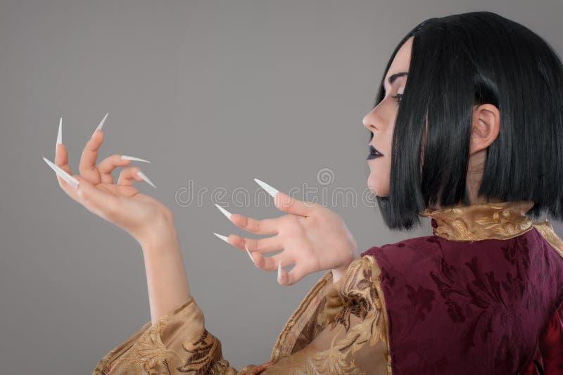 Den gotiska kvinnan med kines spikar arkivfoto
