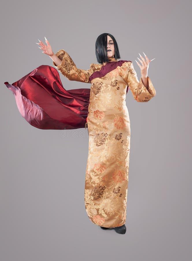Den gotiska kvinnan med kines spikar arkivbilder