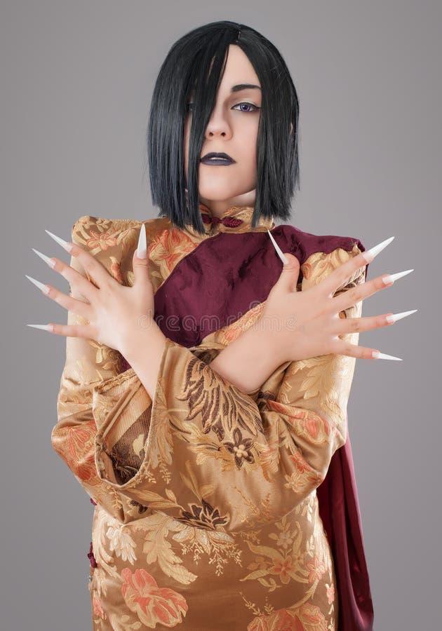 Den gotiska kvinnan med kines spikar royaltyfri foto