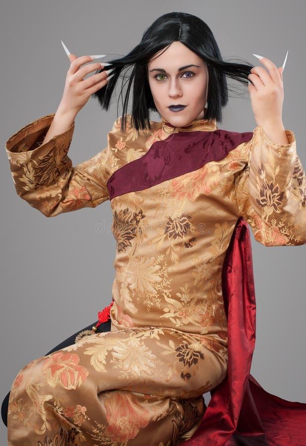 Den gotiska kvinnan med kines spikar royaltyfria foton