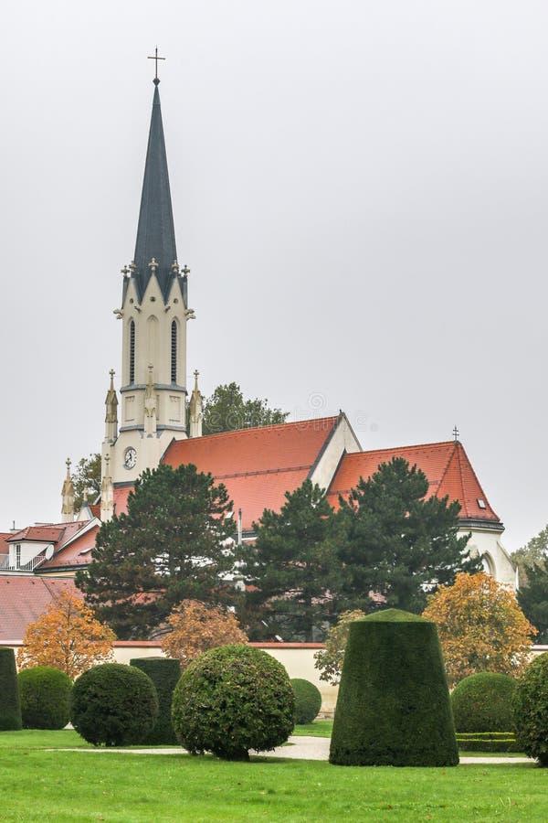 Den gotiska kyrkabyggnaden för rött tak fotografering för bildbyråer