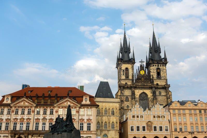 Den gotiska kyrkan av modern av guden framme av Tyn i gammal stadfyrkant i Prague arkivbilder