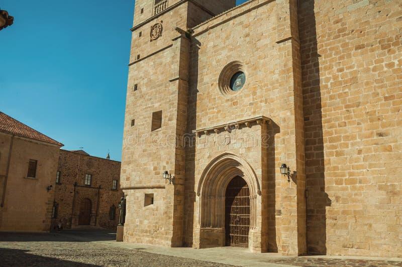Den gotiska Santa Maria Cathedral fasaden och de gamla byggnaderna på Caceres arkivbild