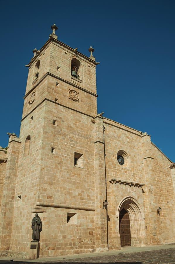 Den gotiska Santa Maria Cathedral med brons statyn på Caceres royaltyfri foto
