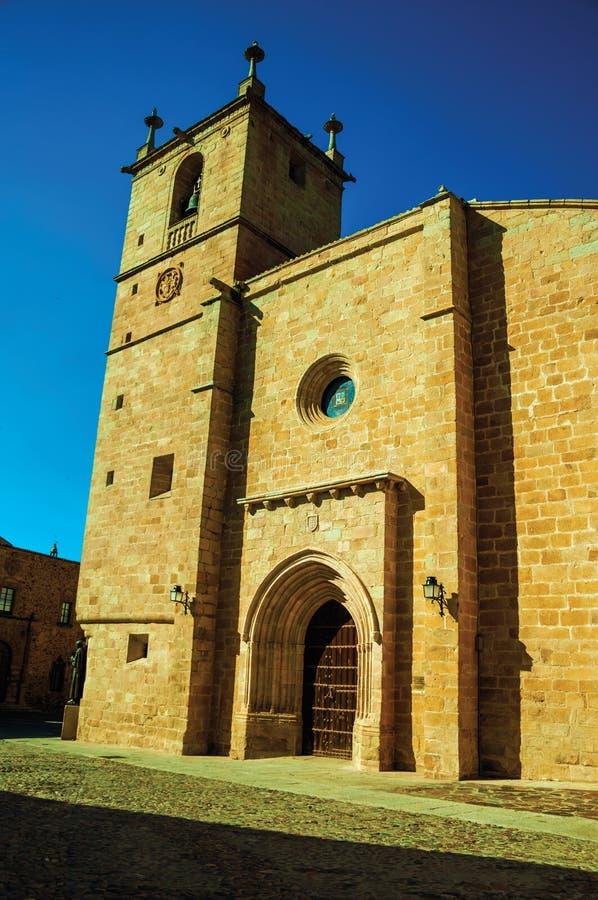 Den gotiska Santa Maria Cathedral med den stora trädörren på Caceres arkivfoto
