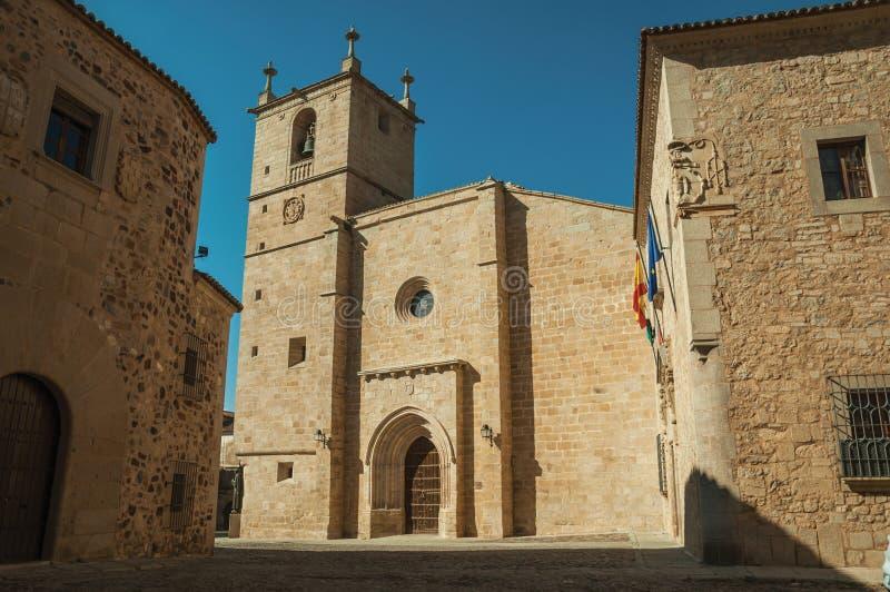 Den gotiska Santa Maria Cathedral och de gamla byggnaderna på Caceres royaltyfria bilder