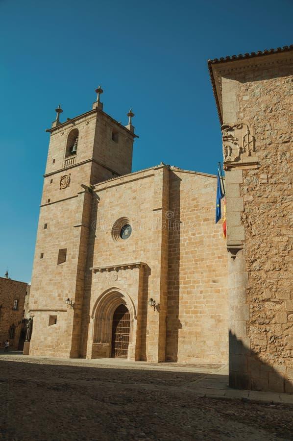 Den gotiska Santa Maria Cathedral och de gamla byggnaderna på Caceres arkivbild