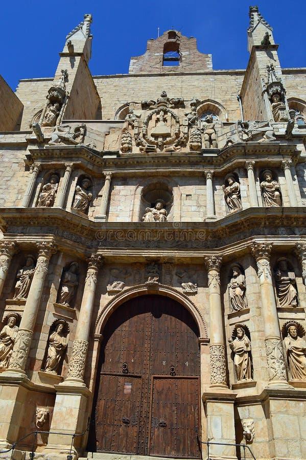 Den gotiska Santa Maria kyrkan med dess barocka fasad royaltyfria bilder