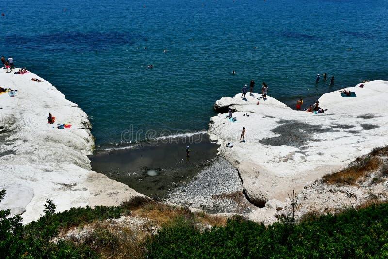 Den Governos stranden i Cypern i sommartiden besökas av alla personer och familjer royaltyfri foto