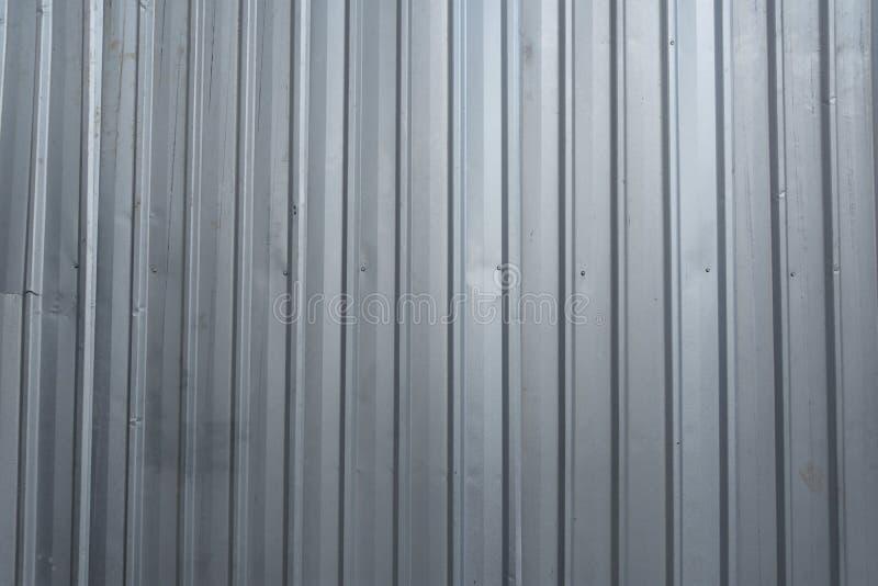Den gråa korrugerade zinkväggen på en konstruktionszon arkivbild