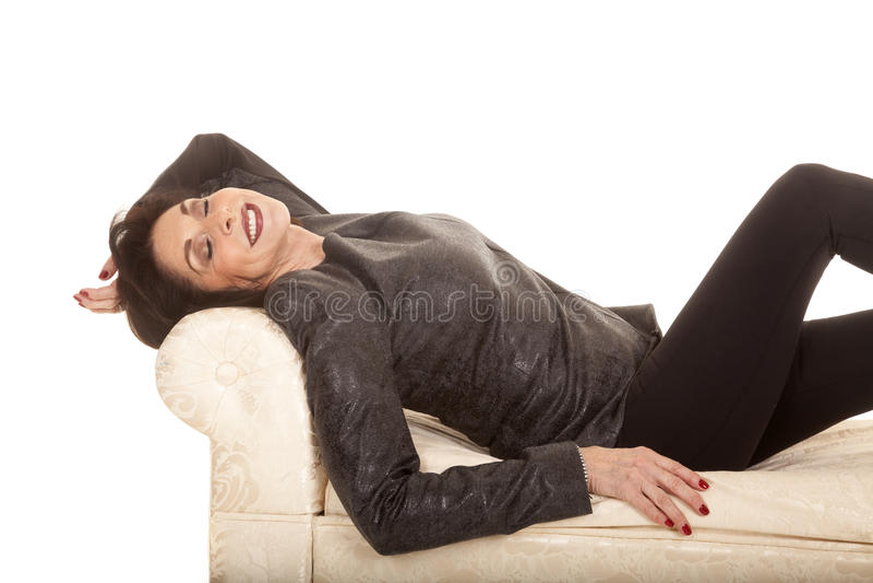 Den gråa omslagskvinnan lägger bänksömn royaltyfri fotografi