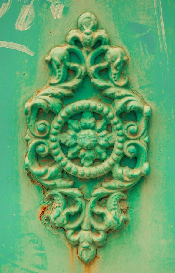 Den gröna dekorativa stöpningen steg royaltyfria bilder